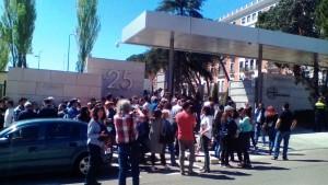 Trabajadores ante la sede madrileña de Unidad Editorial.